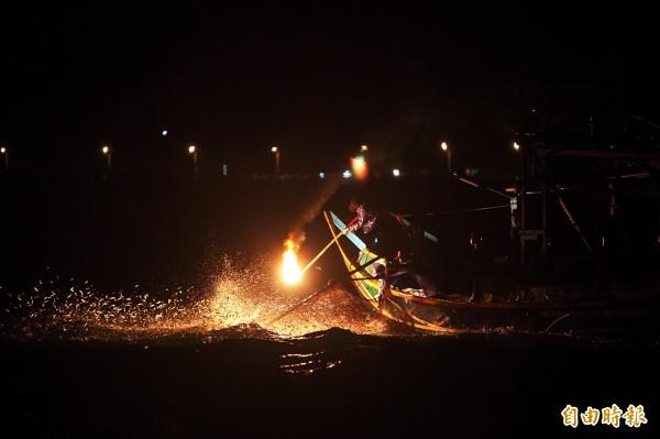 儘管符合永續漁業發展。但沒有年輕人想做,磺火漁法可能隨著老船長退休而漸漸走入歷史。(資料照,記者沈昱嘉攝)
