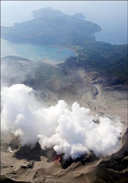 日本鹿兒島縣口永良部島的新嶽火山29日上午爆發,噴出的濃煙高達9000公尺,氣象廳隨即發出警報,警戒程度為最高級的5級,也就是必須疏散。(美聯社)