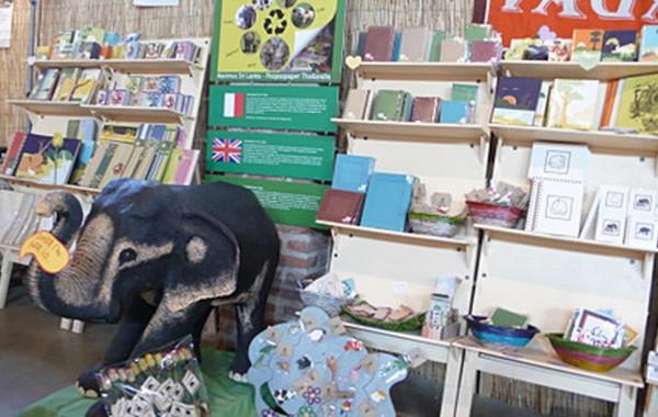 斯里蘭卡的一間造紙廠,將大象的糞便經由環保的方式製成「象糞紙」,為當地帶來了不少商機。(中央社)