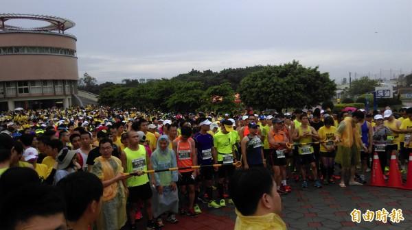 雖然開跑前降下大雨,但仍澆不熄參加為植物人路跑民眾的愛心(記者蘇金鳳攝)