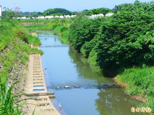 淡海輕軌藍海線走過淡海路後,搭橋跨過公司田溪,進入淡海新市鎮。圖為公司田溪。(記者李雅雯攝)