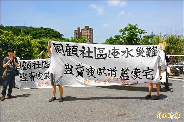 民團在202兵工廠外拉起白布條,抗議前朝爭議開發案。(記者涂鉅旻攝)