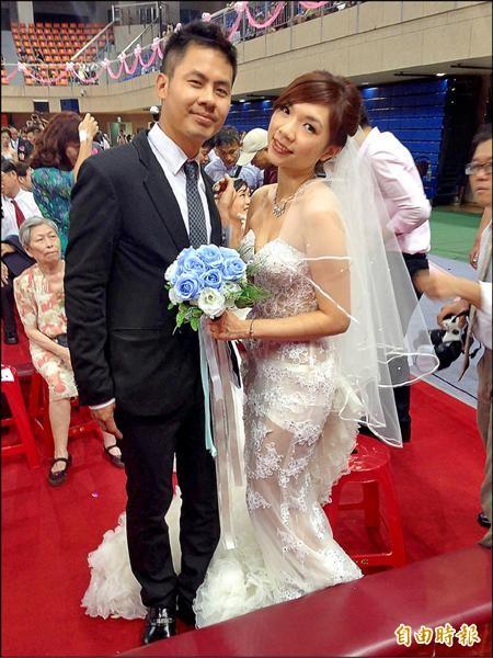 新娘們為了在白紗中脫穎而出,紛紛使出奇招,其中新娘鄧小姐就身穿純白裸紗,大秀火辣好身材。(記者何世昌攝)