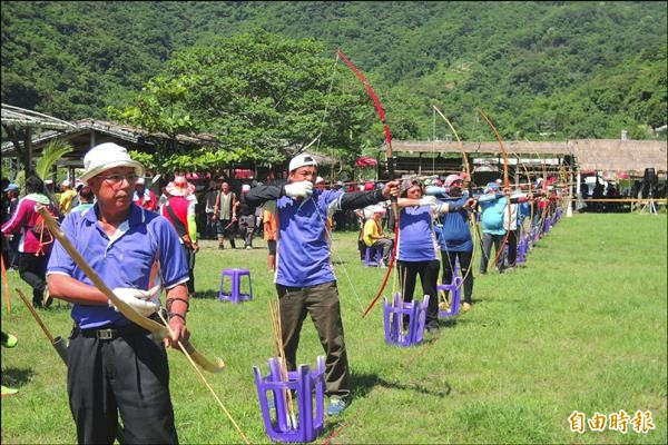 卑南鄉原住民傳統競技運動會中,有兩百位選手挑戰射箭,陣容龐大。(記者張存薇攝)