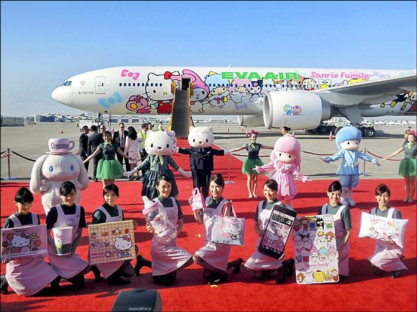 幫台鐵牽線的長榮航空,2005年推出Hello Kitty彩繪機,至今滿座率超過8成5。(資料照)