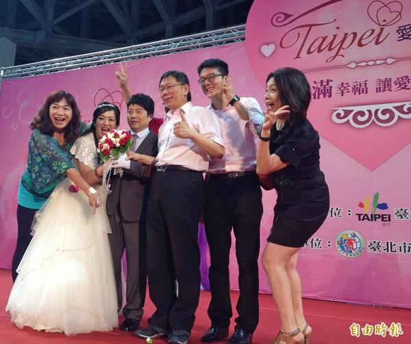 台北市長柯文哲昨主持北市首場聯合婚禮,為一百一十對新人證婚。(記者何世昌攝)