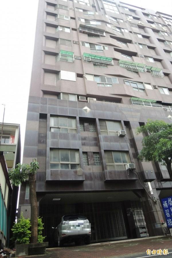 佳里區一名5歲男童疑為了關窗,從8樓墜落地面。(記者劉婉君攝)