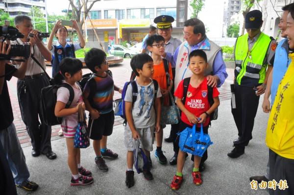 針對校園安全議題,新竹縣長邱鏡淳(中)今天一早偕同相關單位到東興國小,實地了解學童上學的情況。(記者廖雪茹攝)
