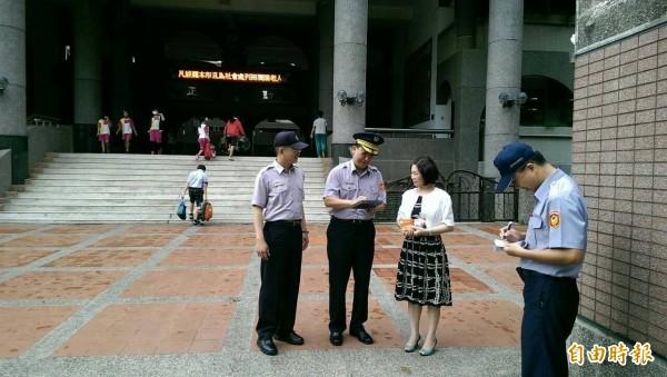 嘉市警一分局長邵明仁(左二)拜訪大同國小校長朱麗乖(左三),強化校園安全。(記者丁偉杰攝)