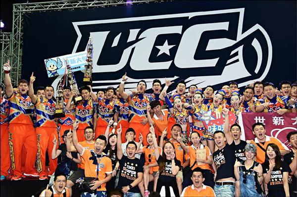 世新大學連續六年在公開男女混合團體組摘冠,完成六連霸。(大專體總提供)