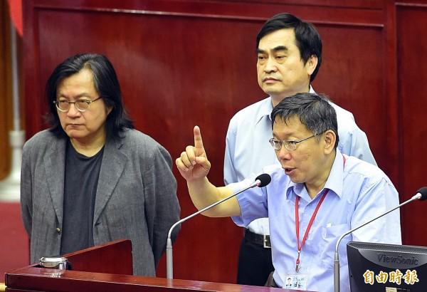 台北市長柯文哲(圖右)、副市長鄧家基(圖中)、都發局長林洲民(圖左)今到市議會備詢,柯文哲明確表示五大案在6月10日都要有結論出來。(記者方賓照攝)