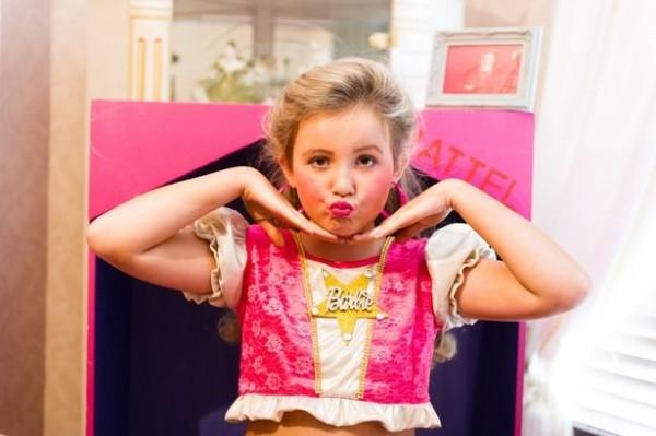 莎曼珊把女兒幫做真人版的「芭比娃娃」來打扮,誓言要將10歲女兒栽培成選美冠軍,因此每個月砸重本花費350英鎊(約新台幣1萬6700元)為女兒治裝。(圖取自鏡報)