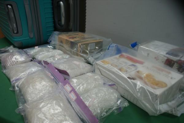刑事局電信大隊在桃機破獲跨國運毒嫌犯,起獲4.1公斤安毒。(記者黃佳琳攝)