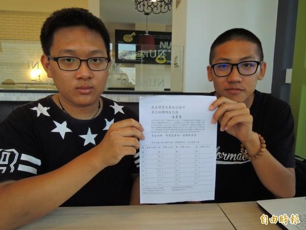 埔里高工同學洪尚廷(右)、陳燕霖(左)特別換上黑衣推動連署,向「黑箱課綱」表達嚴重抗議。(記者佟振國攝)