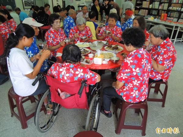 國姓鄉南港社區關懷據點每週供餐2天,推動加值服務後可再增加1天,老人家開心舉雙手贊成。(記者佟振國攝)