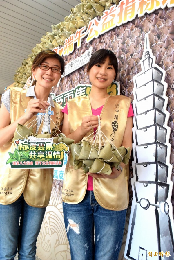 「中華道家人文協會」連續第3年發起募集愛心粽活動,今年募集數量突破6千顆,堆疊起來比台北101大樓還高。(記者陳韋宗攝)
