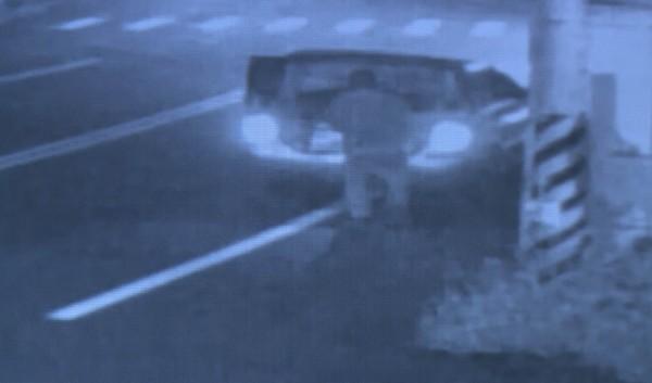 監視器畫面錄下電瓶大盜行竊貨車電瓶的過程。(記者湯世名翻攝)