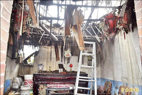 黃王嬌霞居住的三合院大廳屋頂嚴重坍塌。(記者張軒哲攝)