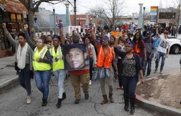民眾抗議美國警方執法時對手無寸鐵的非裔人士開槍。(路透社)