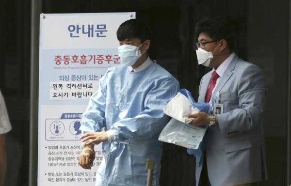 南韓MERS疫情持續擴大,韓副總理兼企劃財政部長崔炅煥今日表示,向民眾宣傳正確知識和應對方式,也將嚴厲打擊散播不實疫情謠言的人。(美聯社)