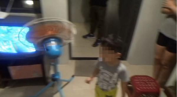陳男的3歲兒子和妻子也在拉K現場,讓警方搖頭。(記者林良昇翻攝)