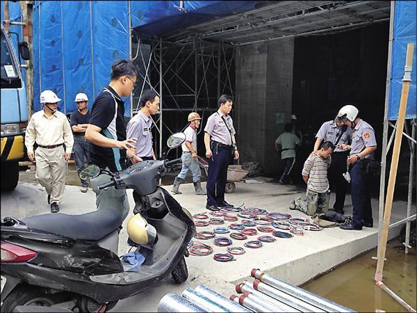 警方逮捕陳彥志,當場起出34綑電纜線。(記者余衡翻攝)