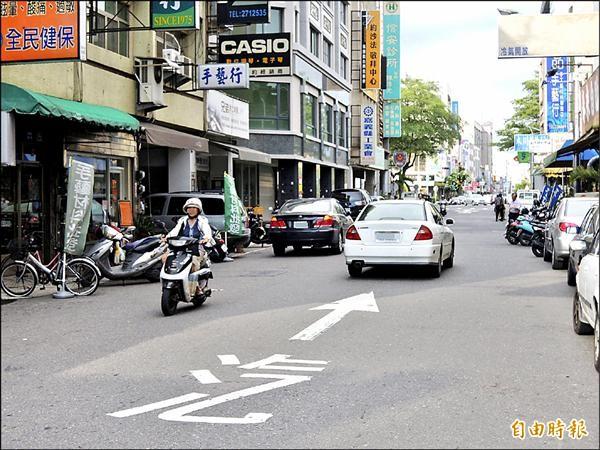 嘉義市限制性單行道,常見不同向汽、機車會車,險象環生。(記者王善嬿攝)
