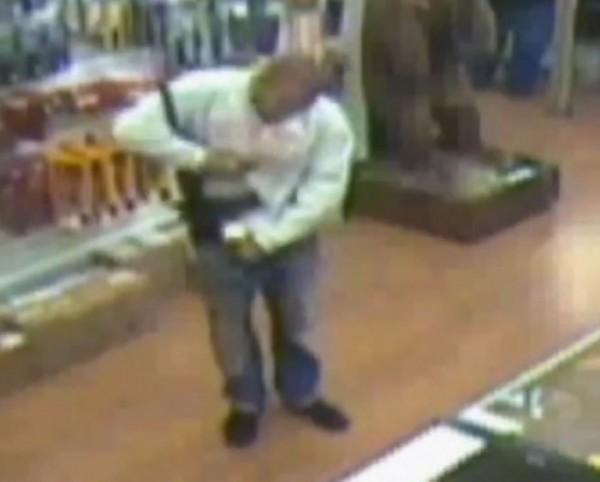 美國佛羅里達一名19歲的男子為了偷槍,竟把步槍塞進長褲子裡。(圖片擷取自YouTube)