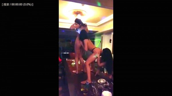 3正妹大玩「人體蜈蚣」影片瘋傳,網友:跪求地點。(翻攝網路)