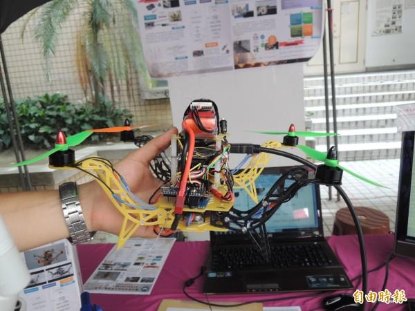 虎科大張東琳等人設計的無人飛行機器人,極具創意。(記者廖淑玲攝)