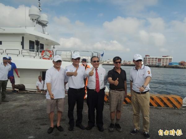 澎湖縣長陳光復前往碼頭迎接與遊艇製造業及俱樂部,建立未來合作契機。(記者劉禹慶攝)