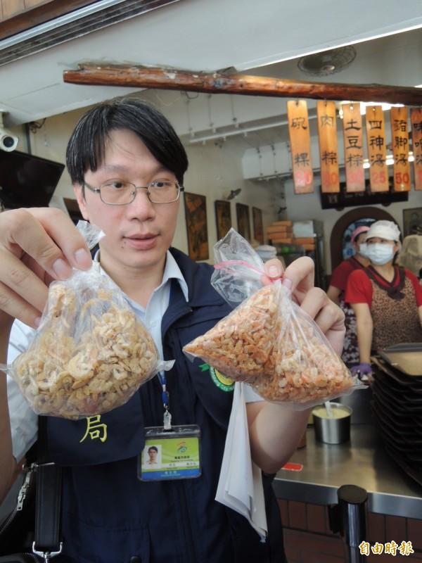 左邊含二氧化硫超標17倍的蝦米,明顯比右邊白皙。(記者洪定宏攝)