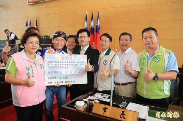 市議員吳敏濟(左二)為自行車選手請命,要求興建全台第一座多功能單車館。(記者黃鐘山攝)