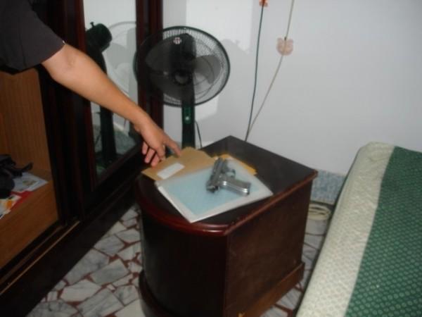 警方在洪兒帶領下,在父親房間中查獲一把改造手槍。(記者陳祐誠翻攝)