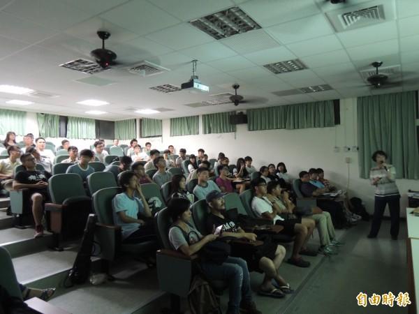 這場演講吸引近百名竹中學生和關心民眾前來聆聽。(記者洪美秀攝)