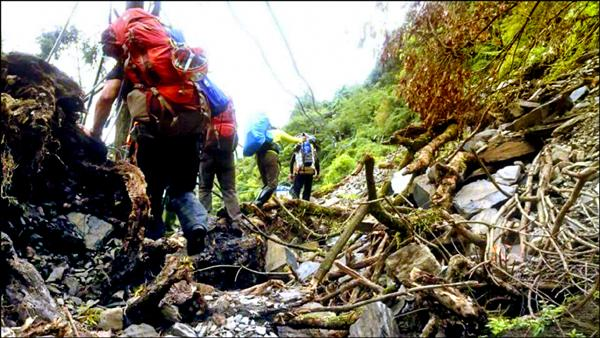 南投縣府擬訂登山自治條例,對登山者提出裝備、人數等限制,圖為消防人員在山區進行搜救情形。(記者陳鳳麗翻攝)