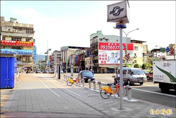捷運南港展覽館站五號出口YouBike車柱的自行車數量時常寥寥無幾,尖峰時刻更是一車難求。(記者郭逸攝)