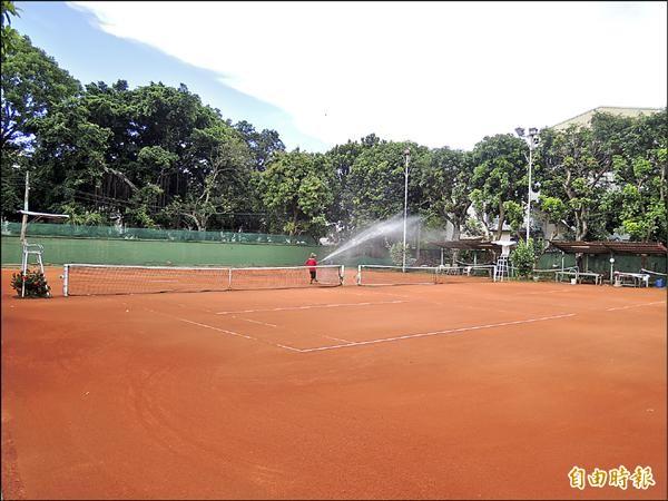 台銀在嘉市垂楊路國華街口的「停六」用地,部分當網球場使用,其餘任其閒置荒廢。(記者丁偉杰攝)