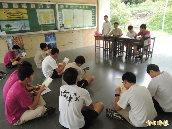 新竹高中反黑箱課綱小組召開校內第一場公共論壇,將凝聚共識,並向教育部提出訴求。(記者洪美秀攝)