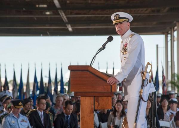 美國在台協會特別公布參謀總長嚴德發與海軍司令李喜明參加美軍珍珠港聯合司令交接儀式。(圖擷自「美國在台協會」臉書)
