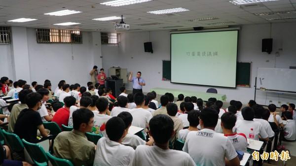台南一中學生主動發起的課綱微調說明會,有約兩百位學生齊聚聽講。(記者黃欣柏攝)