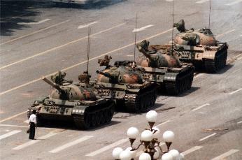 被稱為「坦克人」的男子被媒體稱之為王維林,但其真名與身分、行蹤仍無人知。(圖片擷取自網路)