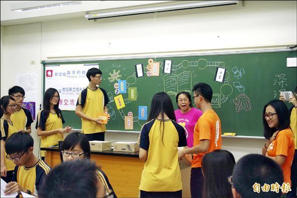 新加坡南洋學院學生(穿橘色上衣,右一),也上台一起玩古典文學大富翁遊戲。(記者陳鳳麗攝)