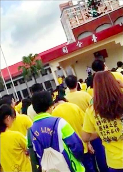 武陵高中校長林清波在升旗典禮時發表對社會運動的看法。(記者林近翻攝)