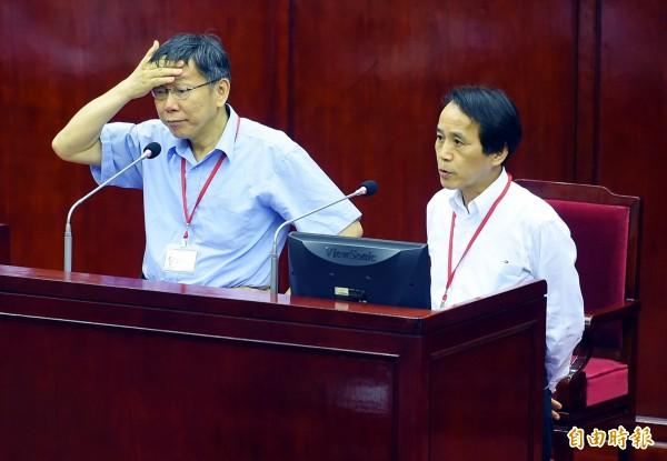 林欽榮(右)今天備詢時還與國民黨議員徐弘庭互罵,還被爆料把下屬操爆,且心情不好就對下屬開罵,林欽榮對此則表示自己會改進。(記者張嘉明攝)