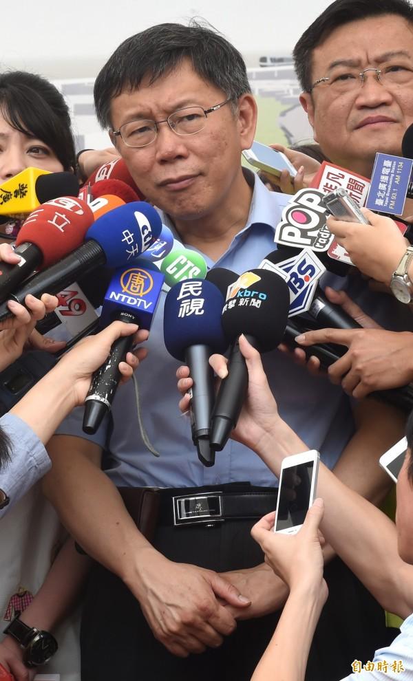 台北市長柯文哲5日參加內湖復育園區記者會,並受訪表示自己財產百分之百都在太太陳佩琪名下,都是陳佩琪在理財,他自己都不曉得理財方式。(記者劉信德攝)