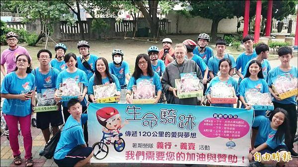 文生中學即將畢業的準大學生,騎自行車為學弟妹募款。(記者鄭旭凱攝)