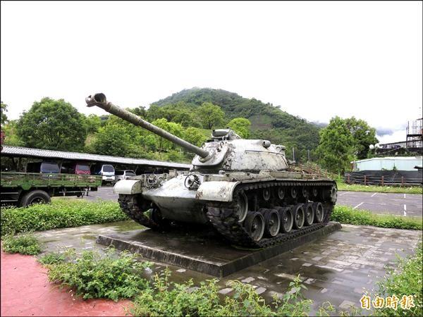 擺放在羅娜村的報廢戰車,常被外地遊客誤會曾在當地參與戰役,地方不僅認為不符原民文化,也占用停車空間。(記者劉濱銓攝)