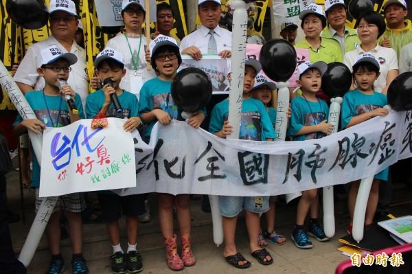 小朋友加入爭取乾淨空氣的遊行列行,合唱彰化的天空,超萌的模樣相當吸睛。(記者張聰秋攝)