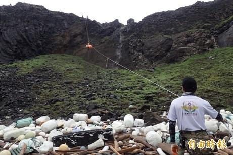 南方四島國家公園即將滿週年,出動特種部隊志工垂吊淨灘。(記者劉禹慶攝)